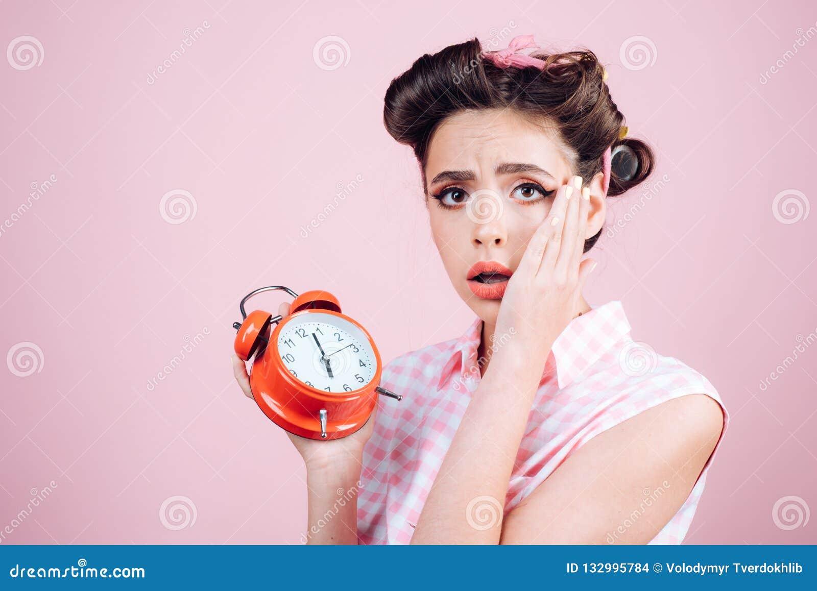 Buenos días Gestión de tiempo muchacha modela con el pelo de la moda mujer retra con el despertador Tiempo perno encima de la muj