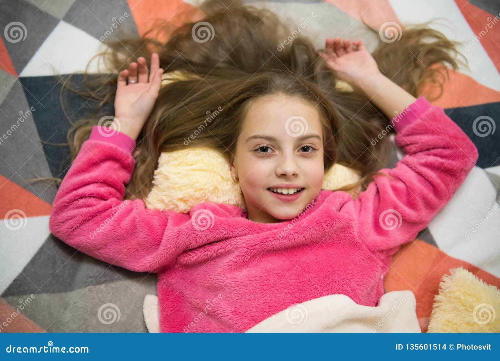 Buenos días Quiero jugar El día de los niños internacionales Felicidad de la niñez Pequeño niño de la muchacha listo para dormir