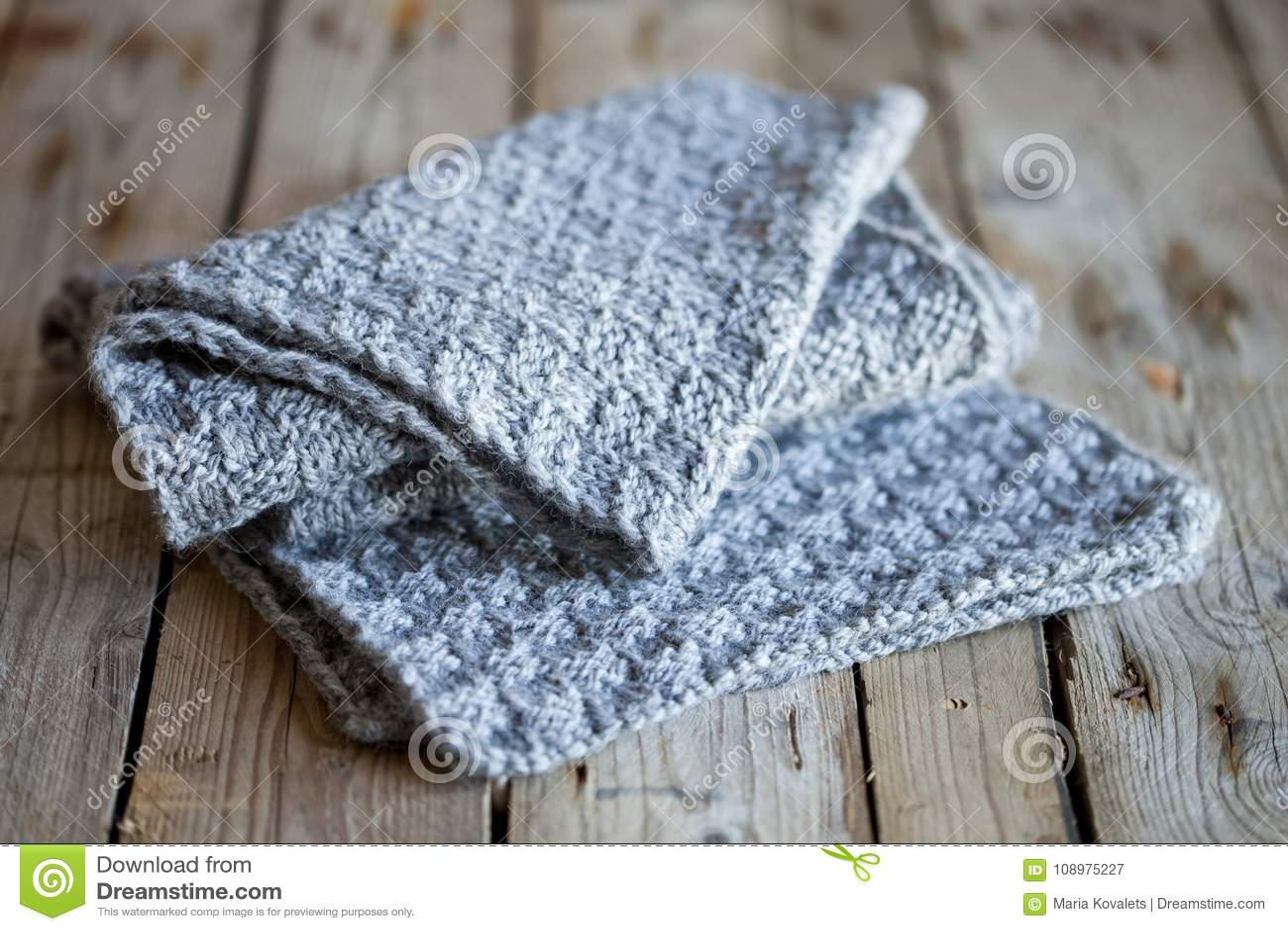 Bufanda gris hecha punto