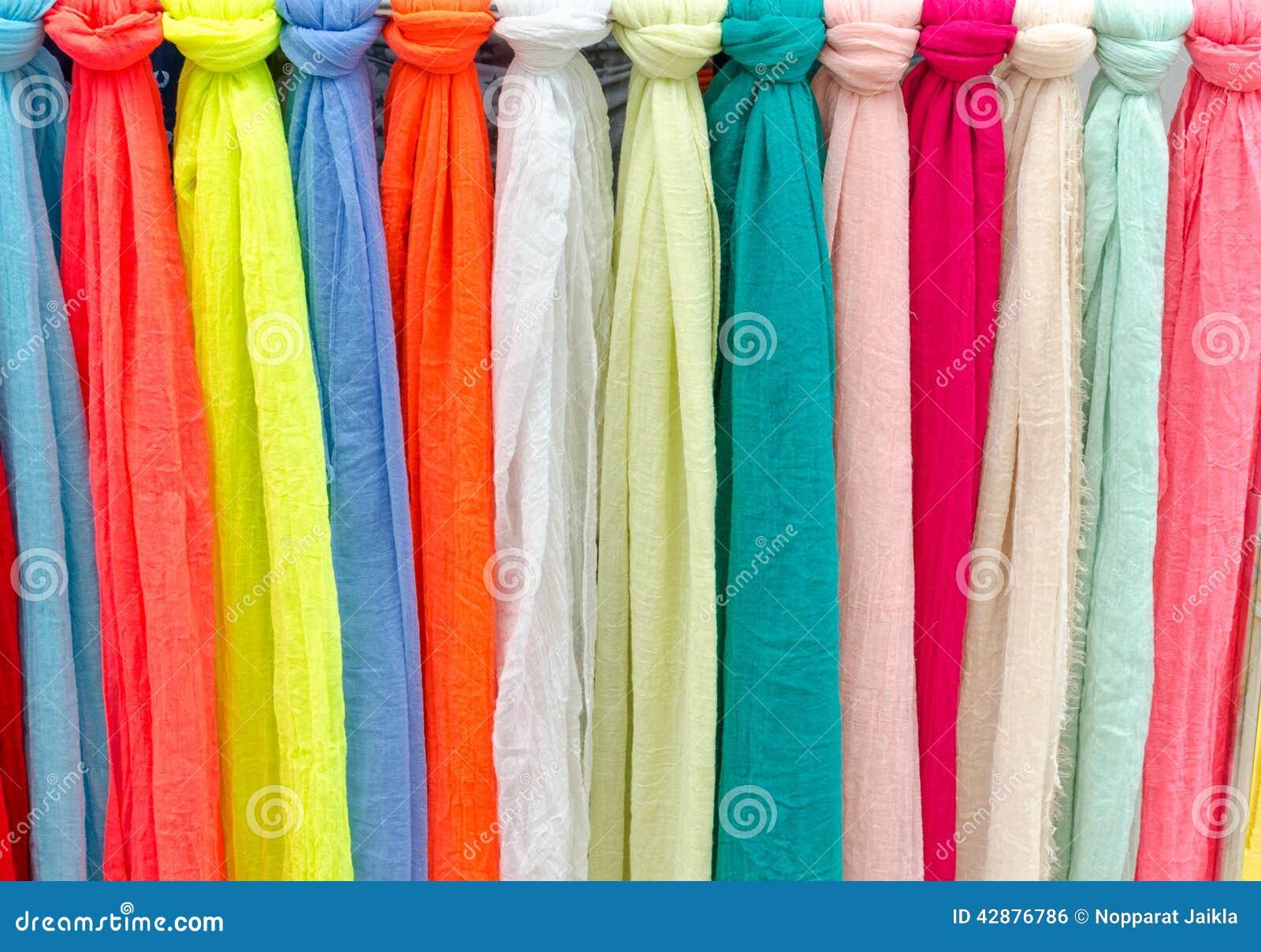 bufandas coloridas en un mercado en italia colores de materias textiles foto de archivo