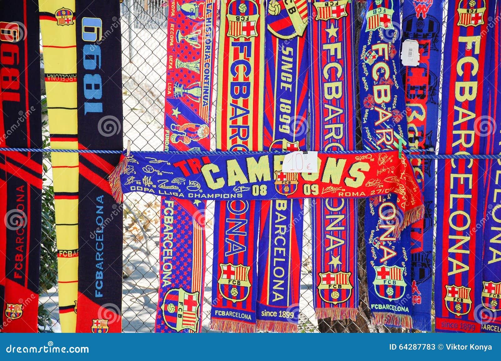 Bufandas del FC Barcelona en una tienda oficiosa de la calle Fotos de archivo