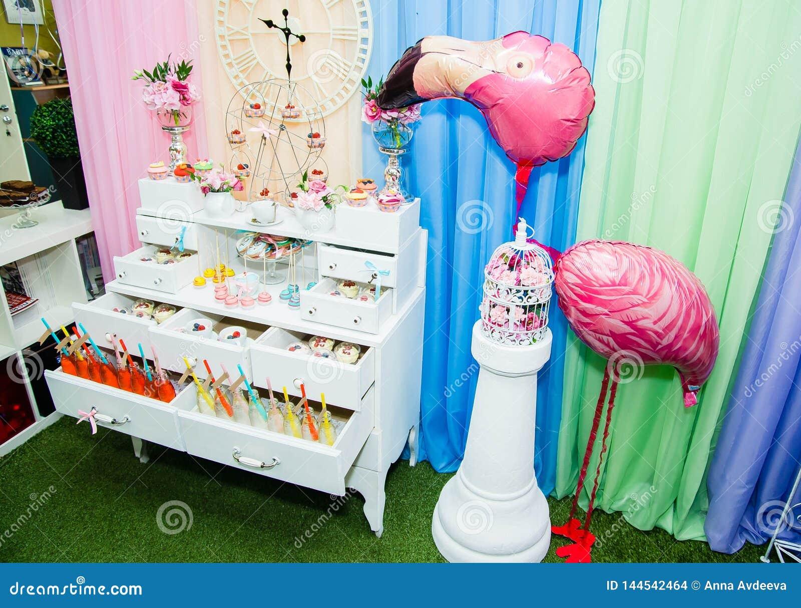 Bufet z napojami i cukierki dekorujący w Alice w kraina cudów projektujemy
