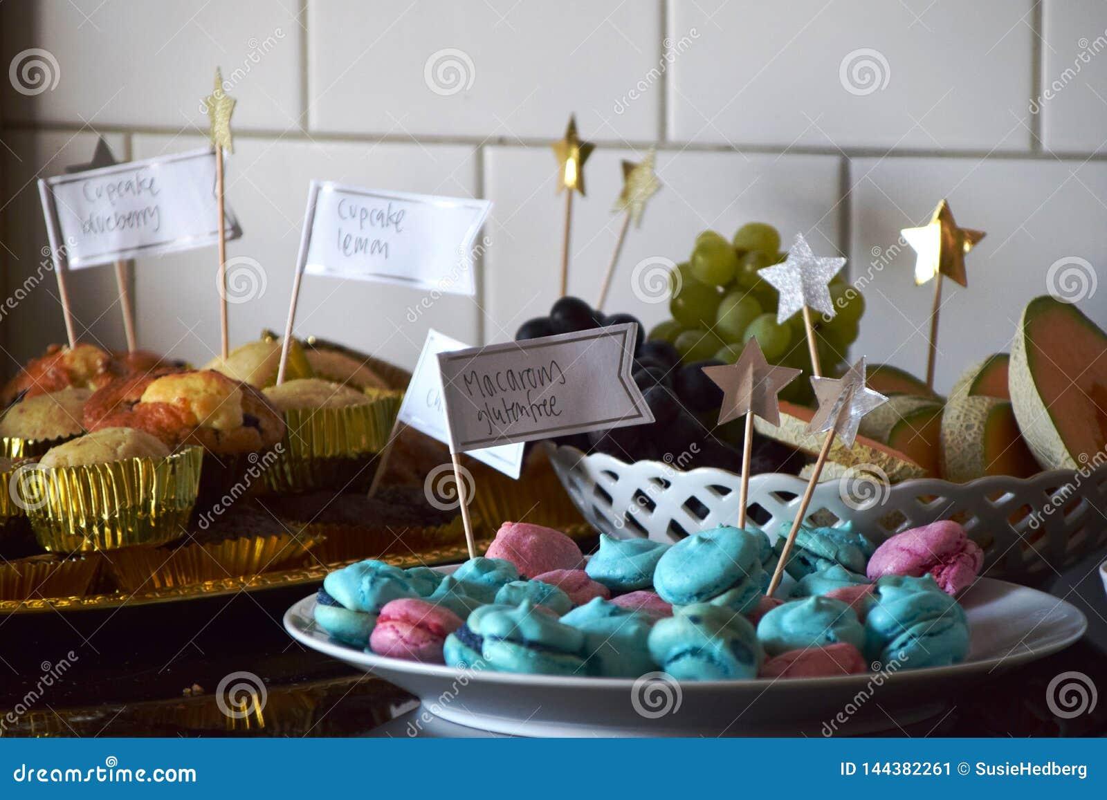 Bufete da sobremesa com queques, macarons e fruto
