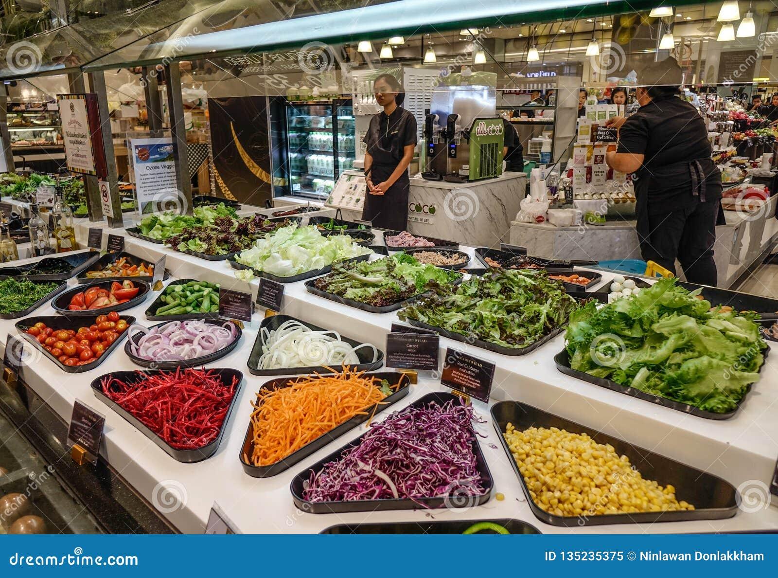 Bufete de ensaladas con las verduras frescas