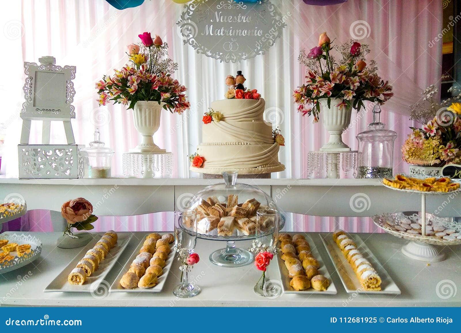 Bufete do casamento com petiscos e flor