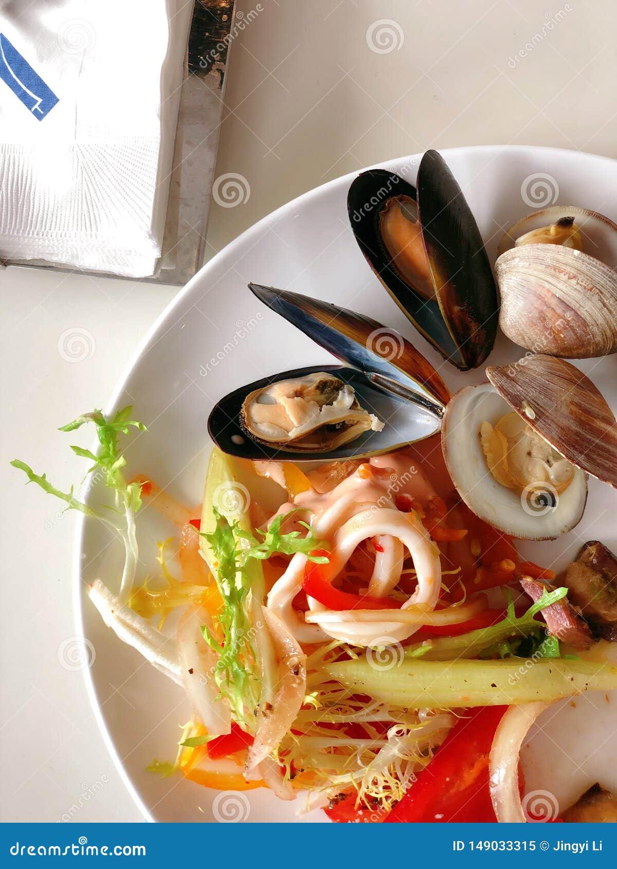 Bufete do marisco na tabela branca