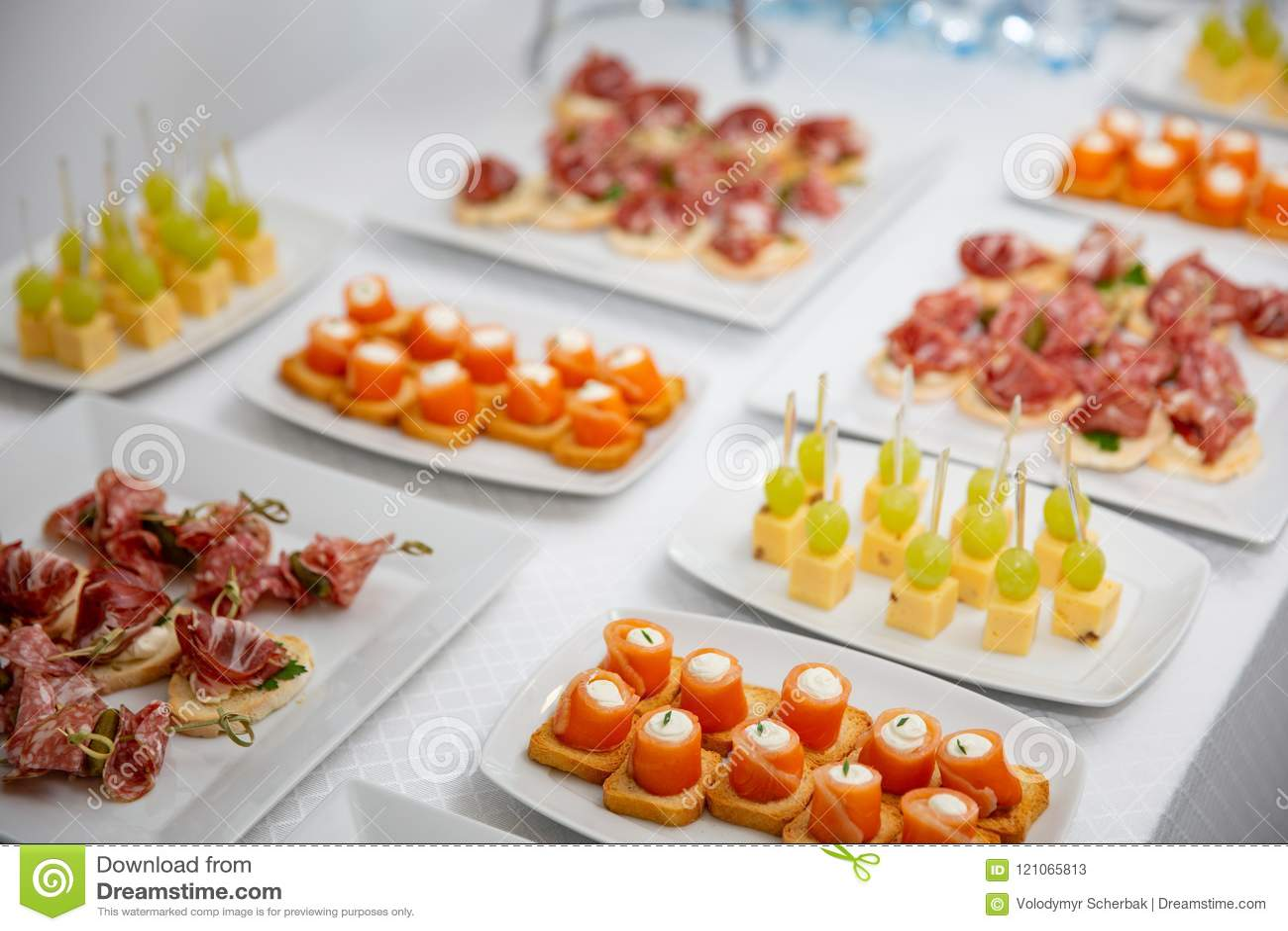 Bufete na recepção Variedade dos canapes Serviço do banquete alimento da restauração, petiscos com salmões