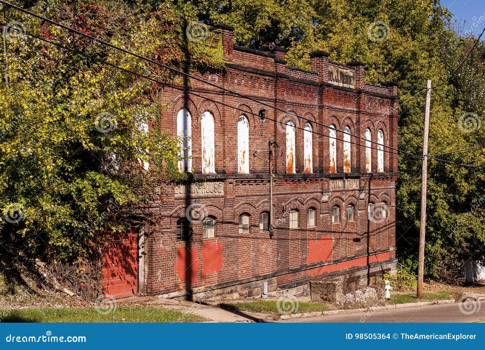 Buff Red Brick mit Bogen-Details - historische verlassene Brauerei