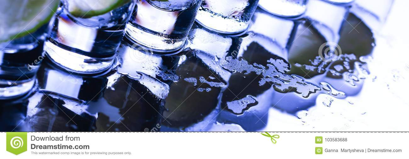 Buffed Много стекла с спиртным коктеилем