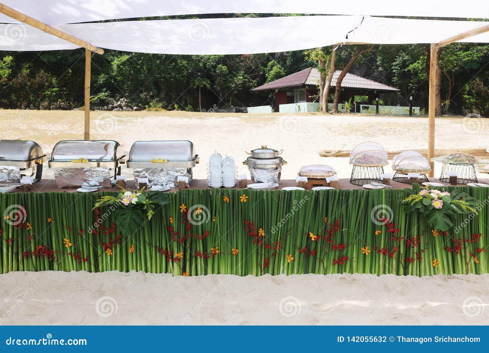 Buffet auf dem Strand, Linie Einrichtung für das Mittagessen an tropischem