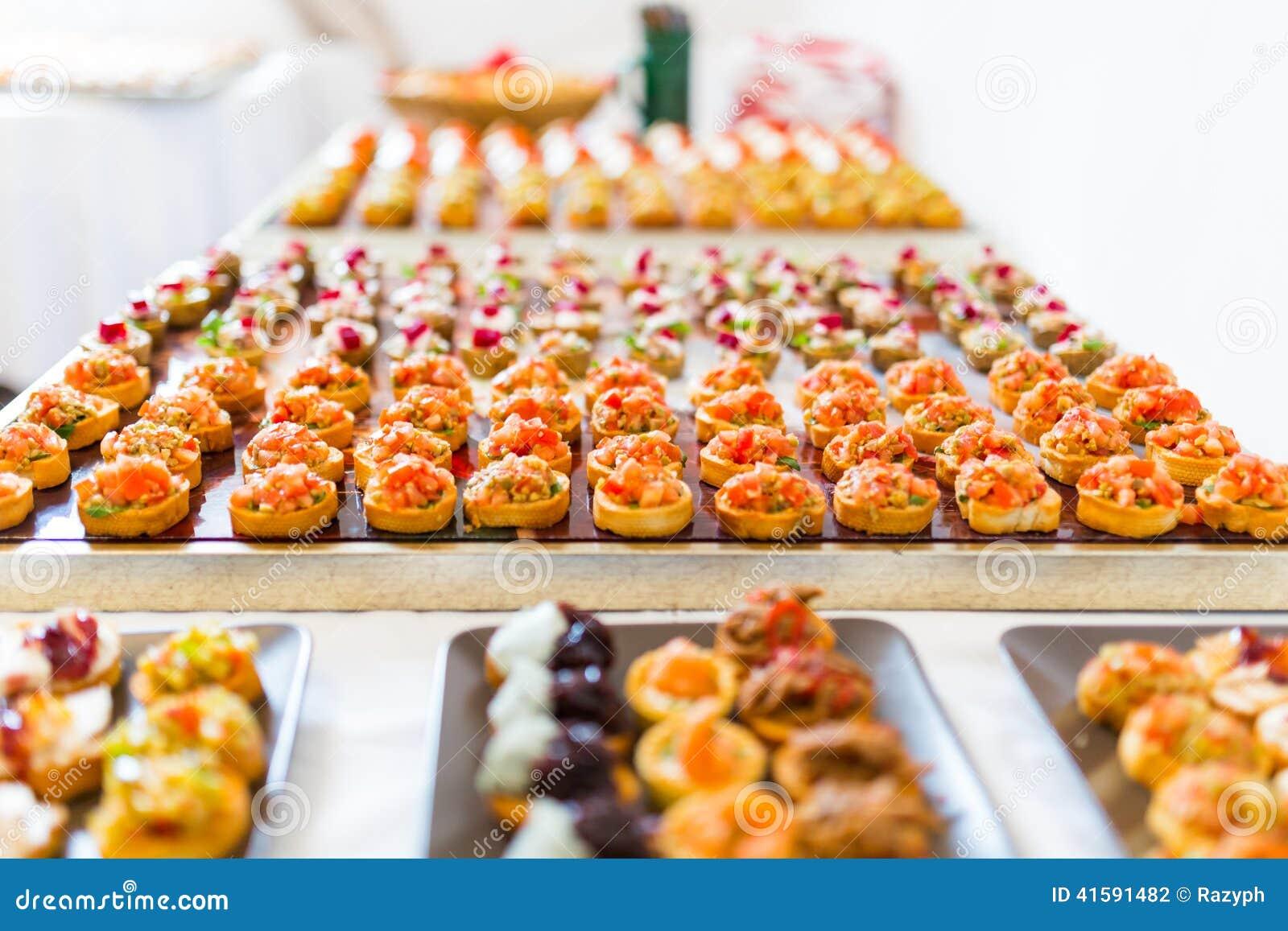 thumbs.dreamstime.com/z/buffet-de-canapes-41591482.jpg