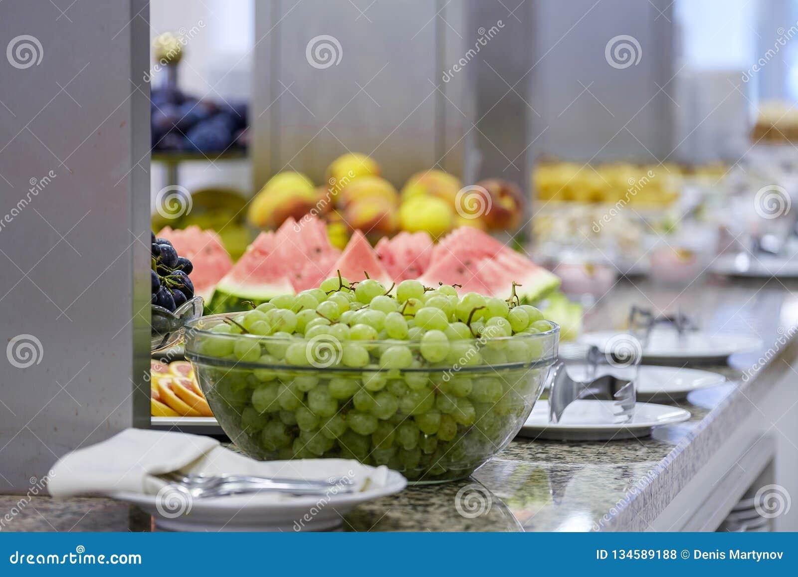 Buffet met vruchten en desserts 2
