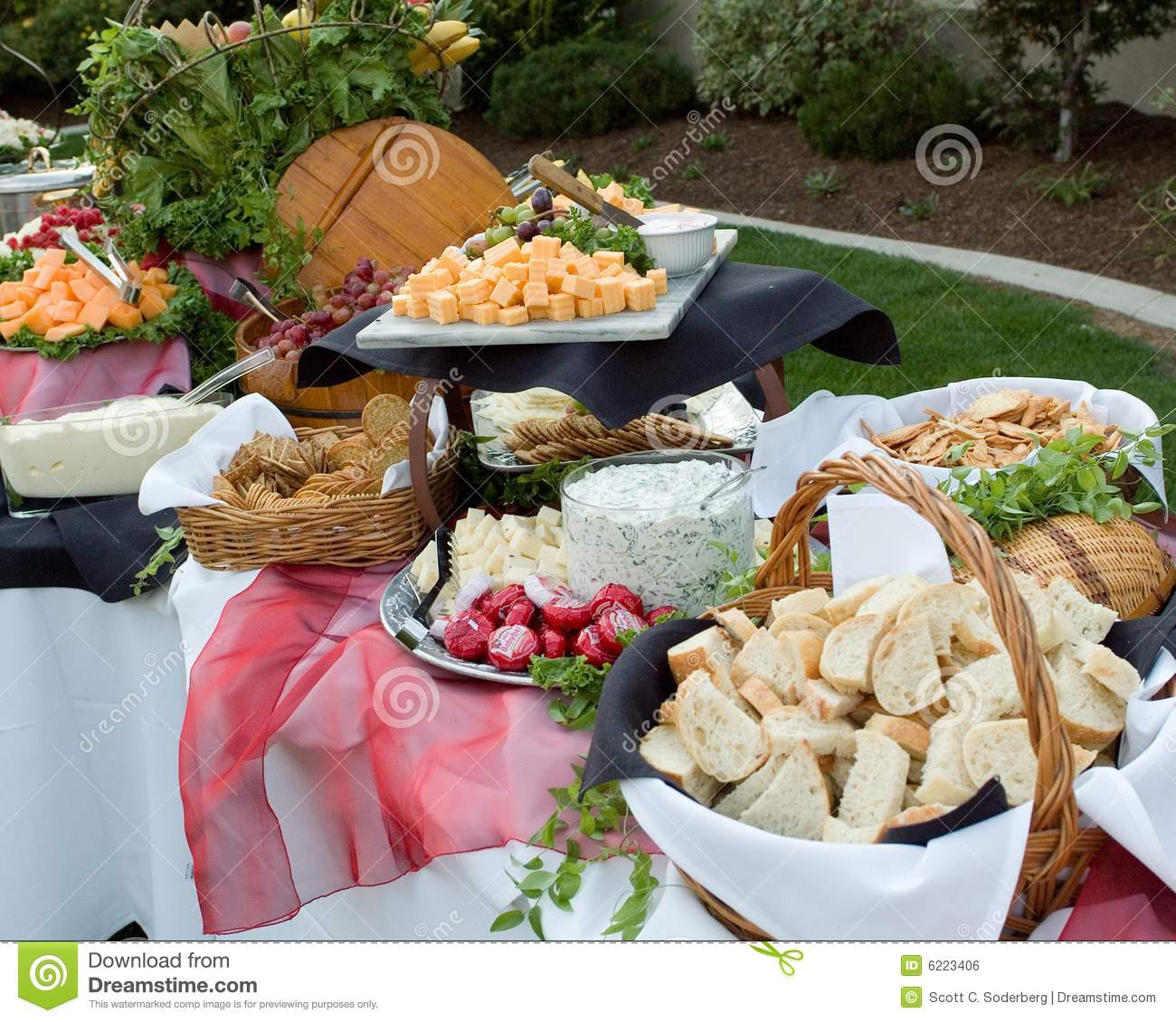 Buffet outdoors stock photo image of banquet baskets for Table 30 personnes