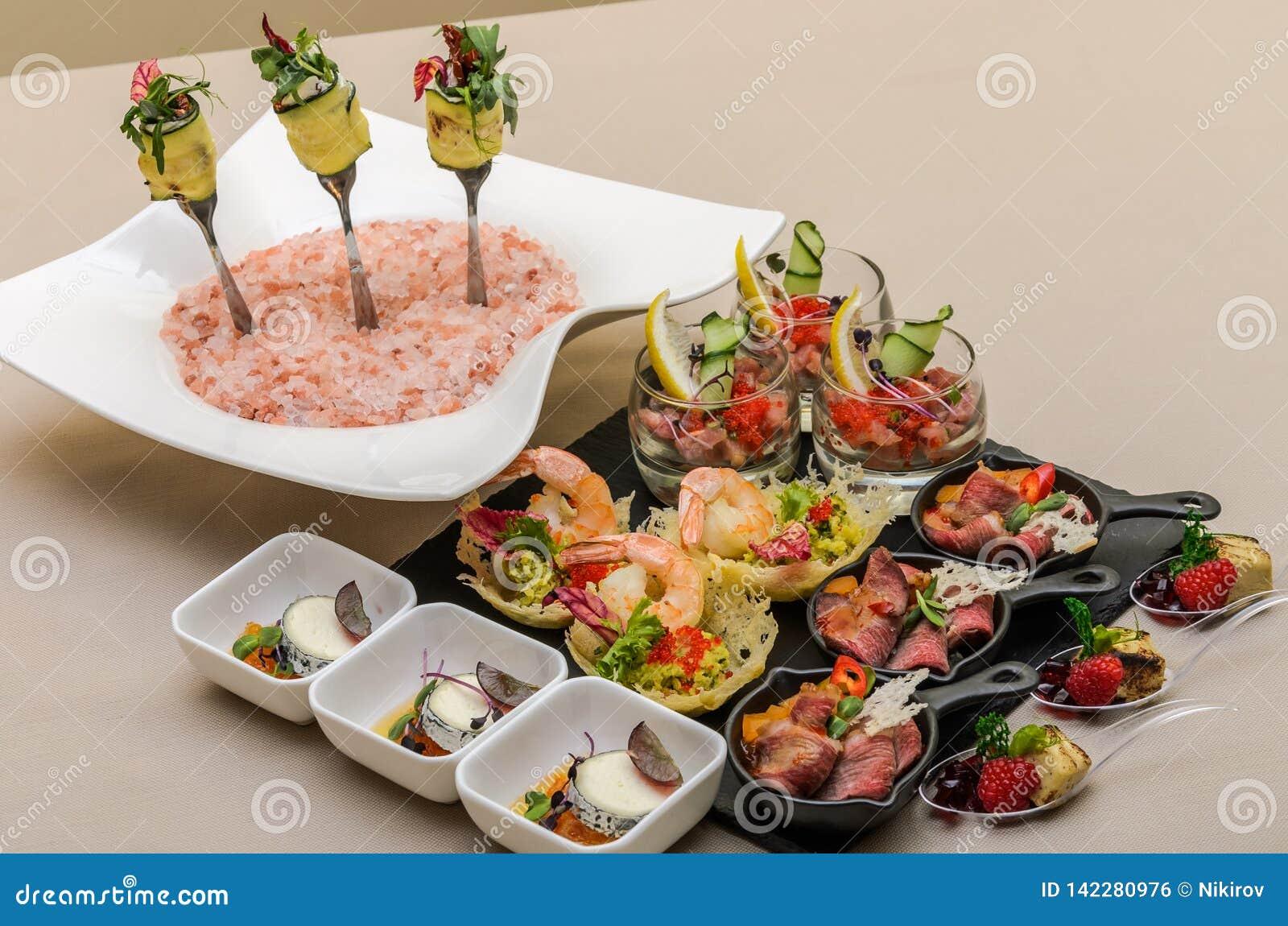 Buffetlijst met voorgerechten in een restaurant met krudite, guacamel, ceviche, bluefin, kaviaar, garnalen en geitkaas