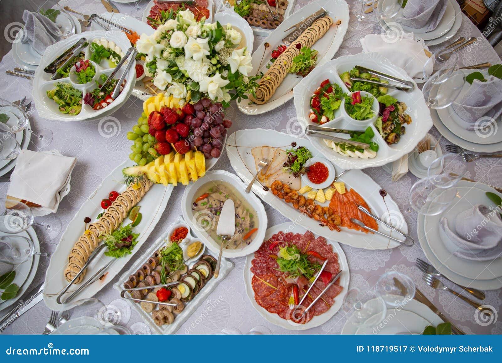 Buffetlijst van ontvangst met koude snacks, vlees, salades en vruchten