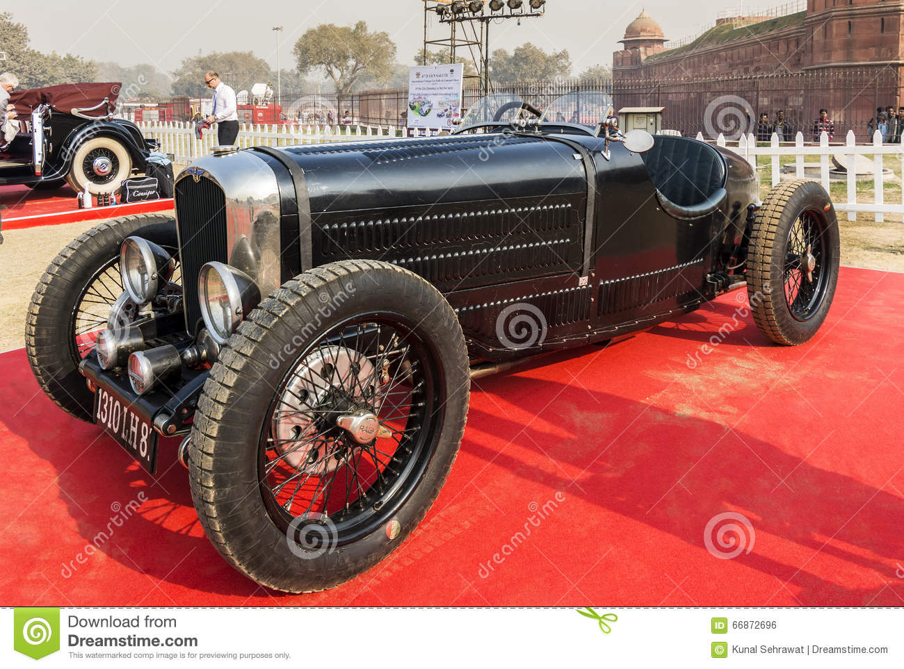 bugatti-vintage-retro-sports-car-display