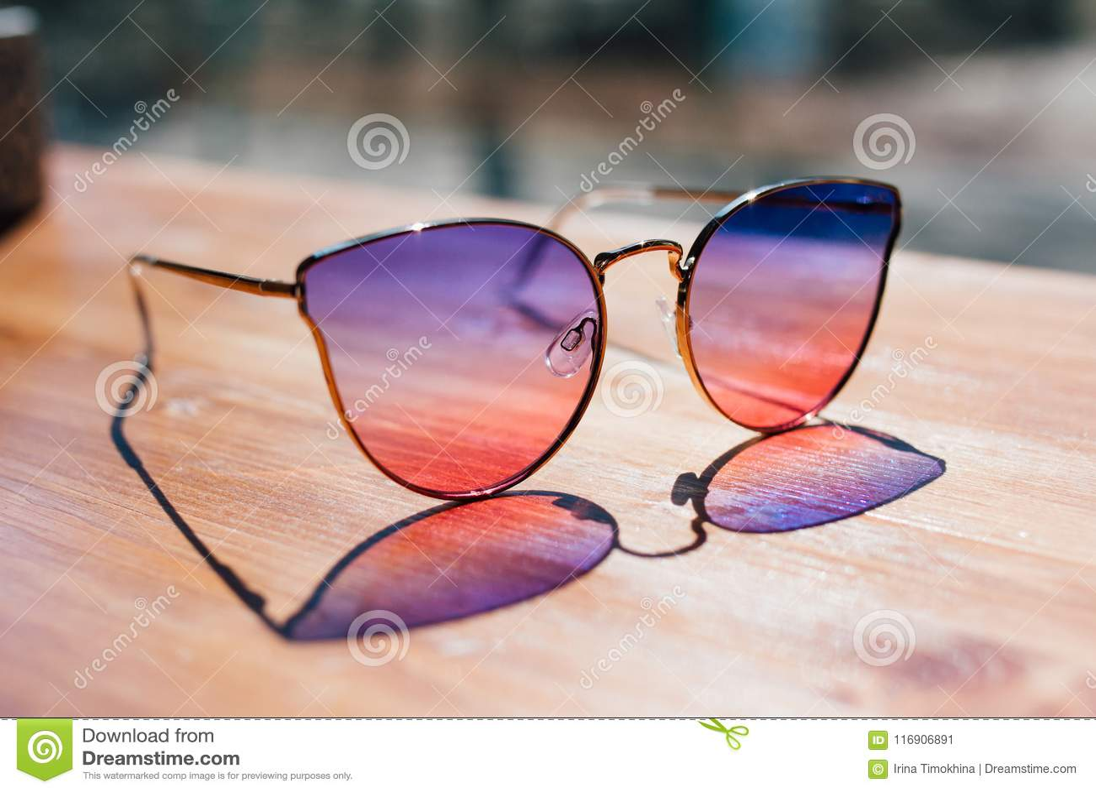 Bugia degli occhiali da sole sulla tavola