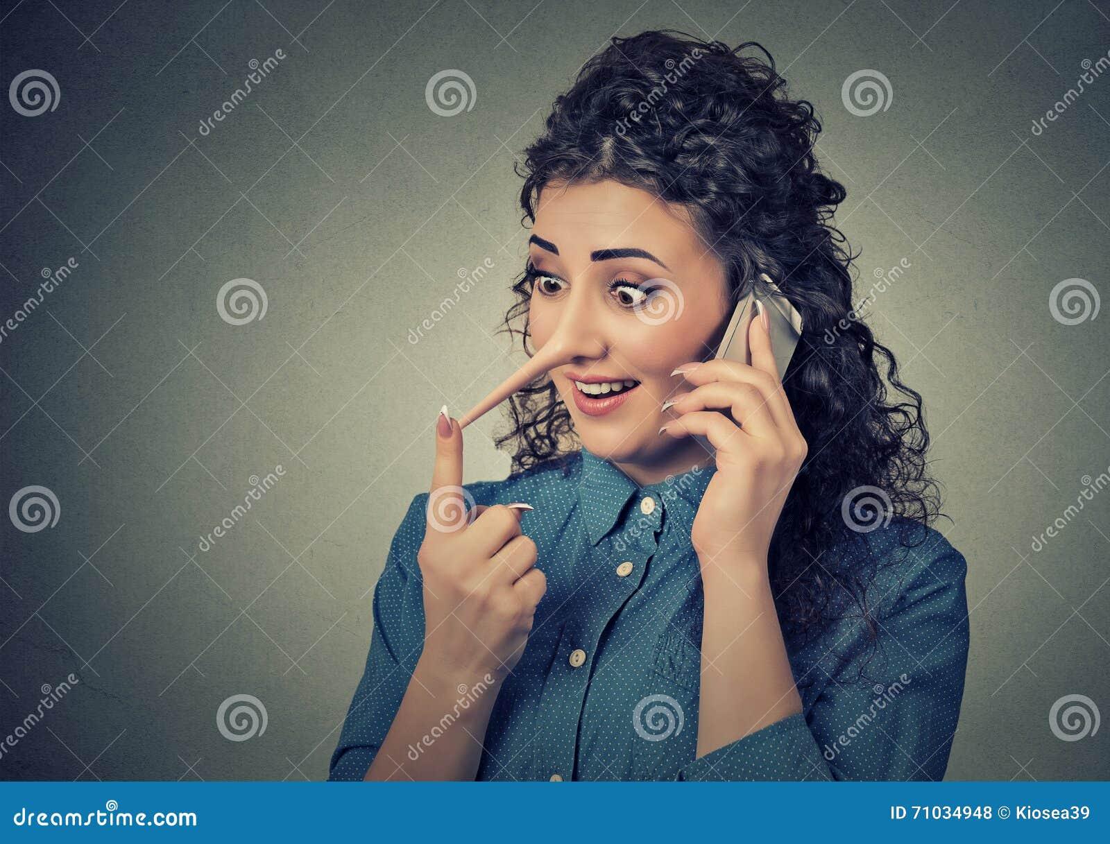 Bugiardo del servizio clienti con il naso lungo Donna che parla sul telefono cellulare che dice le bugie