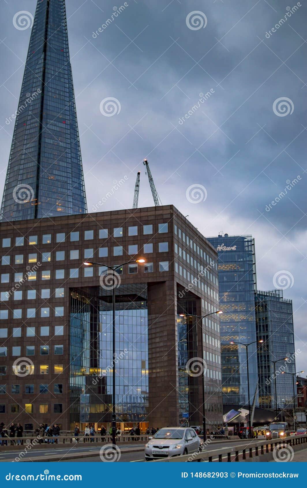 Buiding在有云彩的伦敦的碎片与晚上光