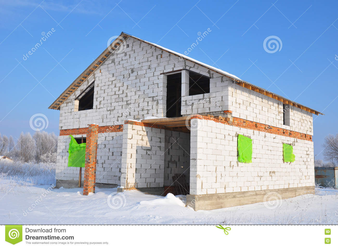 Building new house from white autoclaved aerated concrete for Concrete block house
