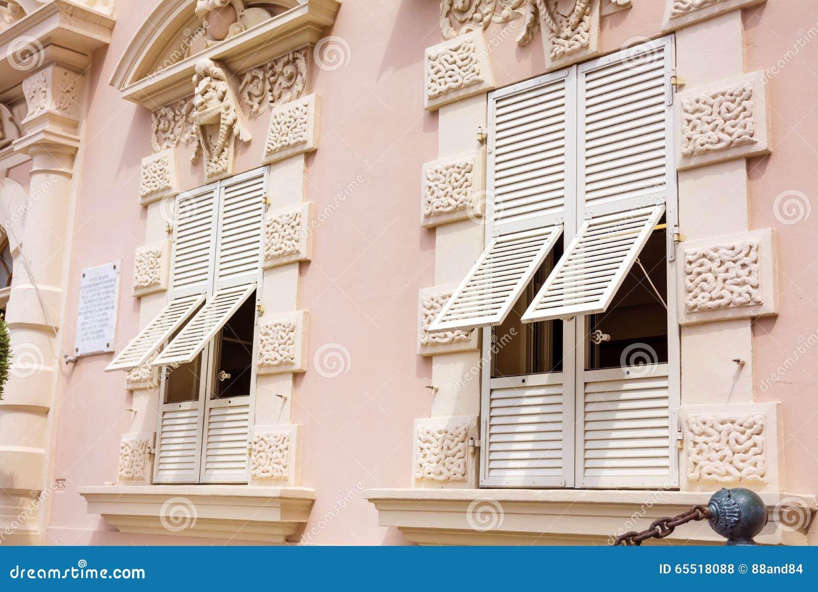 Buildinga rosa tipico con le finestre bianche antiche nel for Finestre bianche