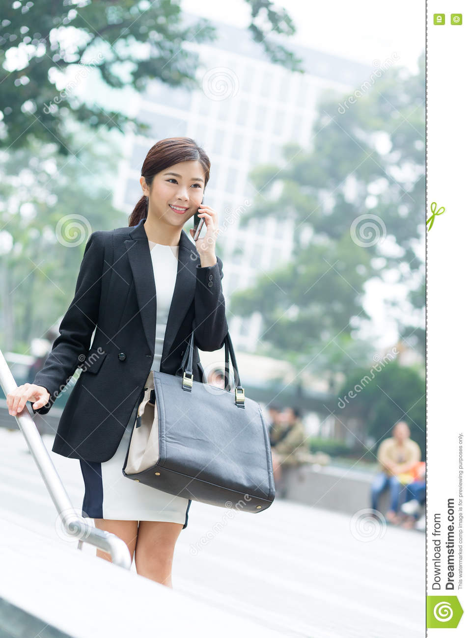 Buisness woman chat on mobile phone