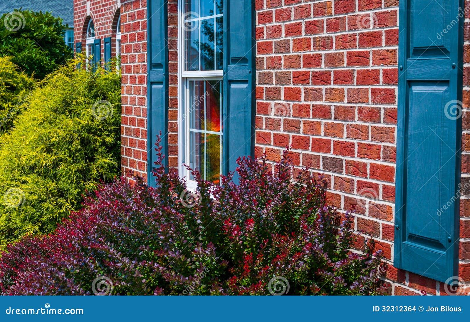 Shutter Colors For Brick House Buissons Et Avant De Maison De Brique Avec Les Volets
