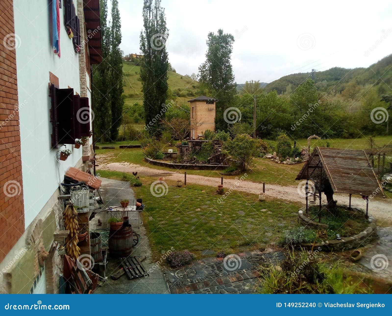 Buitenhuis in de Bergen van de Apennijnen, Itali? Assistentgebouwen