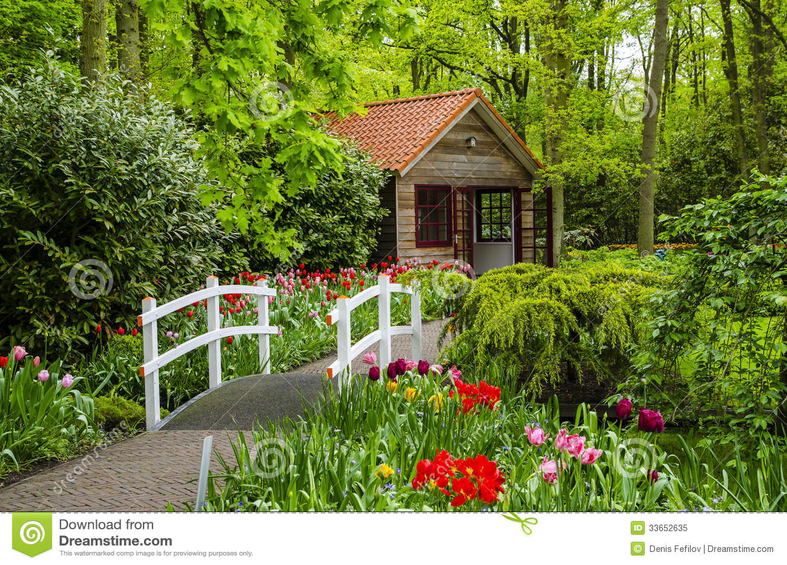 Buitenhuis en witte brug in keukenhof tuinen stock for Casa para almacenaje jardin