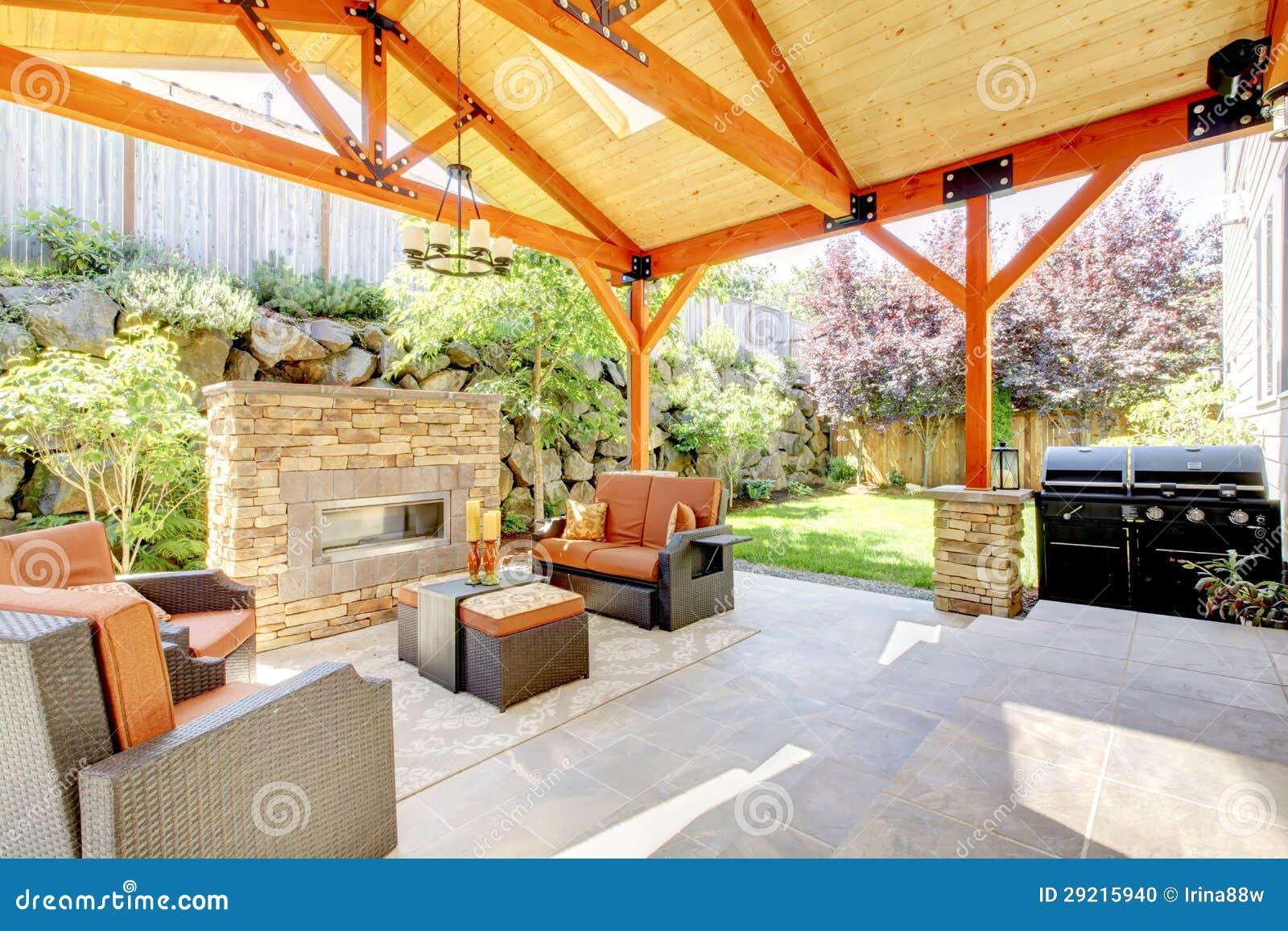 Buitenkant behandeld terras met open haard en meubilair stock foto beeld 29215940 for Eigentijdse buitenkant