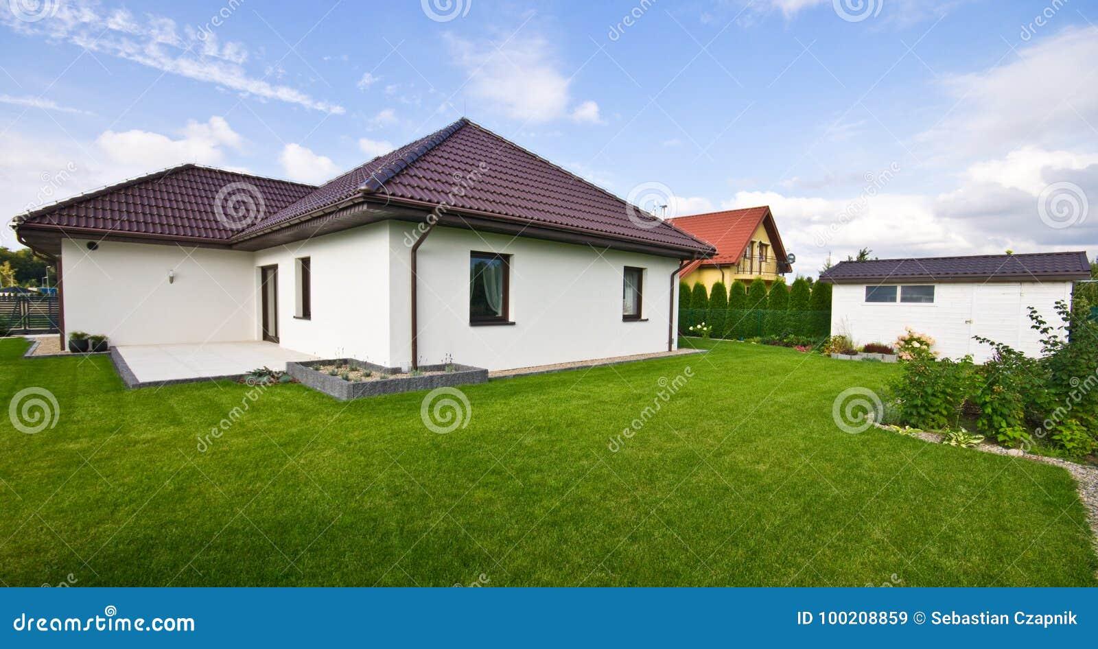 Buitenkant van een modern huis met elegante architectuur