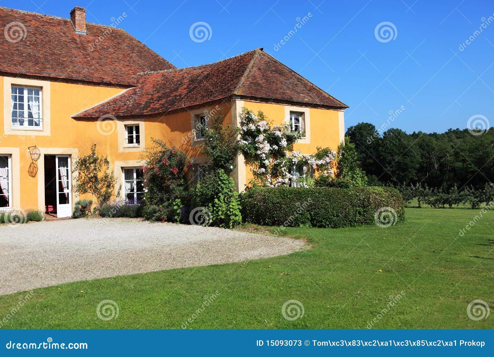 Buitenkant van frans huis stock afbeelding afbeelding bestaande uit mensen 15093073 - Buitenkant thuis ...