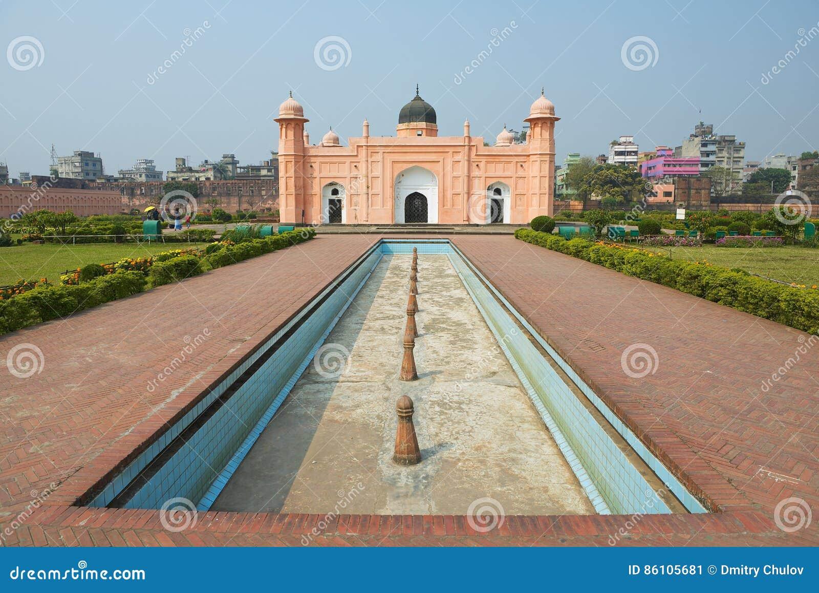 Buitenkant van het Mausoleum van Bibipari in Lalbagh-fort, Dhaka, Bangladesh