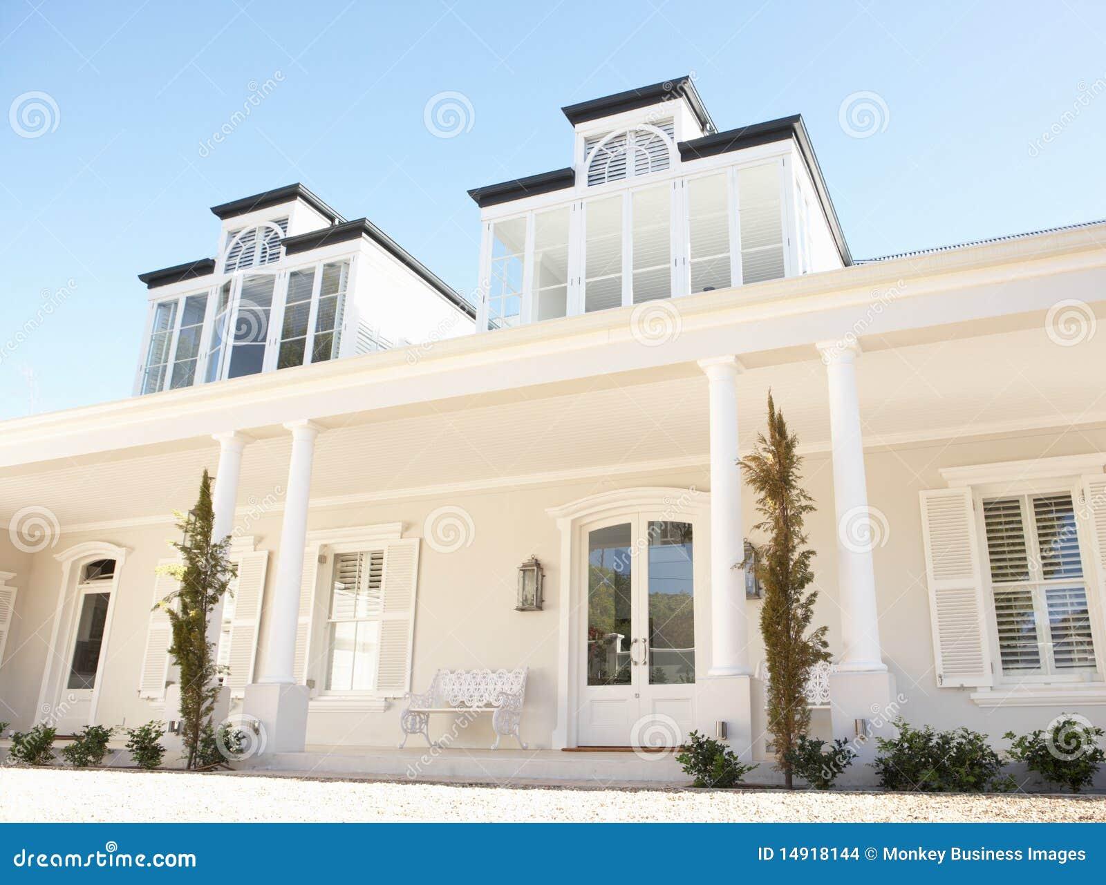 Buitenkant van het mooie huis van de droom stock foto afbeelding