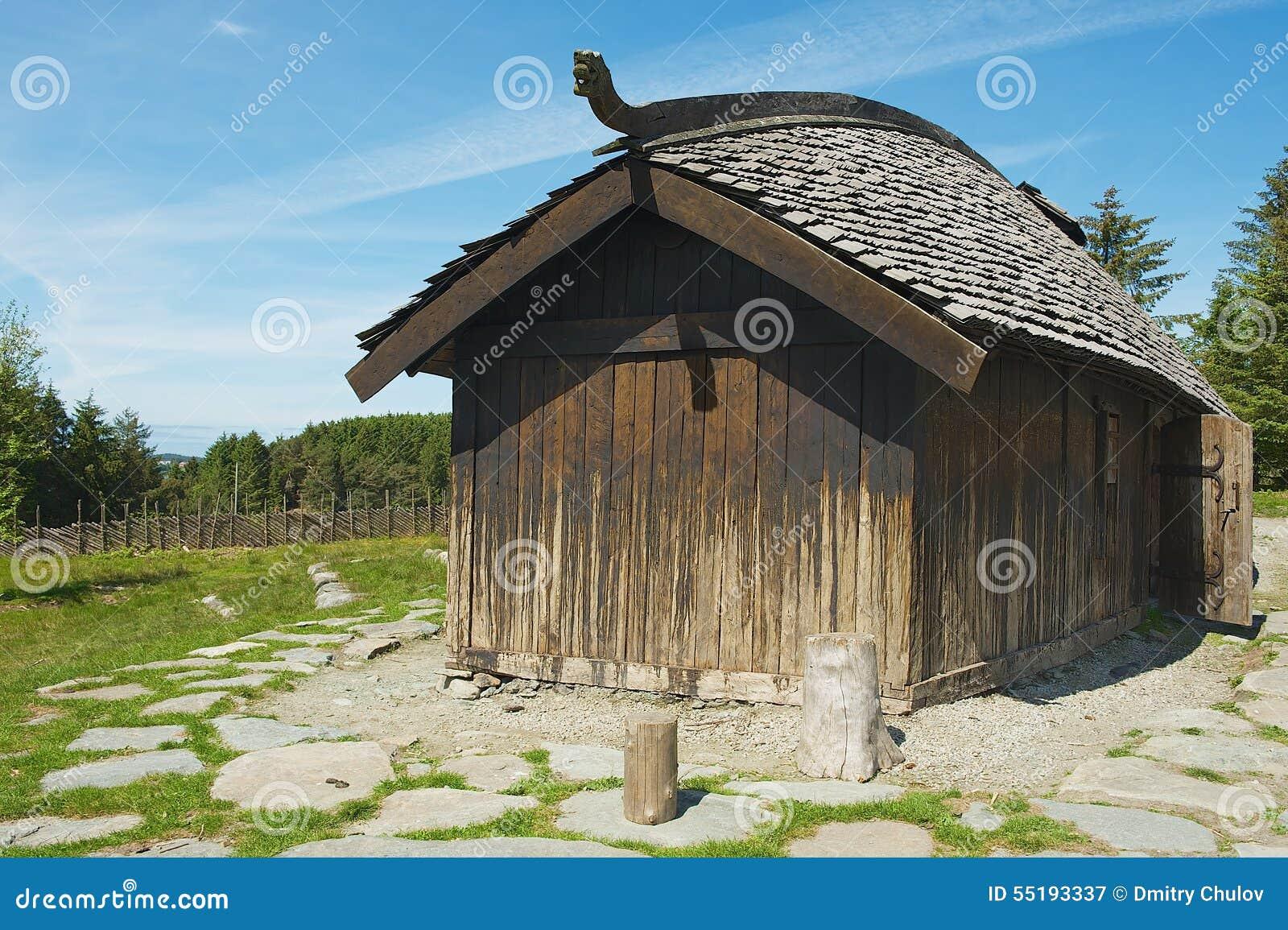 Buitenkant van het opnieuw opgebouwde traditionele viking huis in kamroy noorwegen redactionele - Huis buitenkant ...