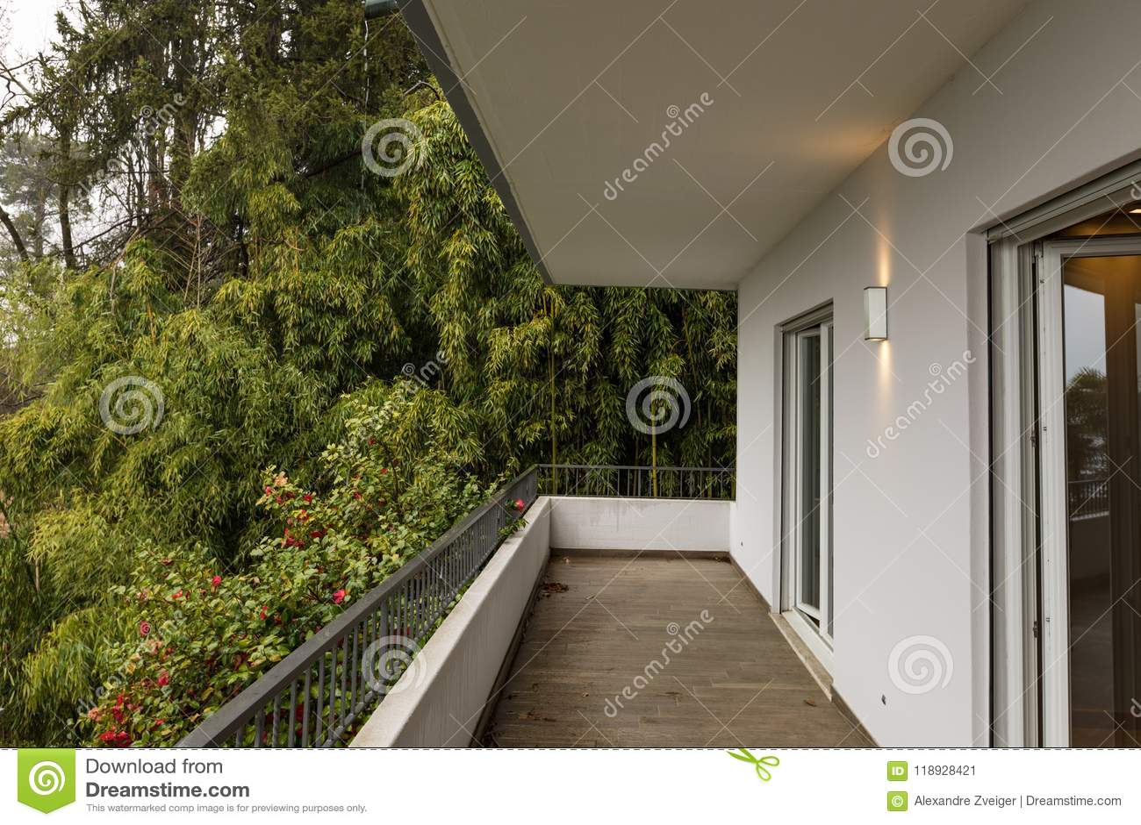 Buitenkant van terras met rond niemand