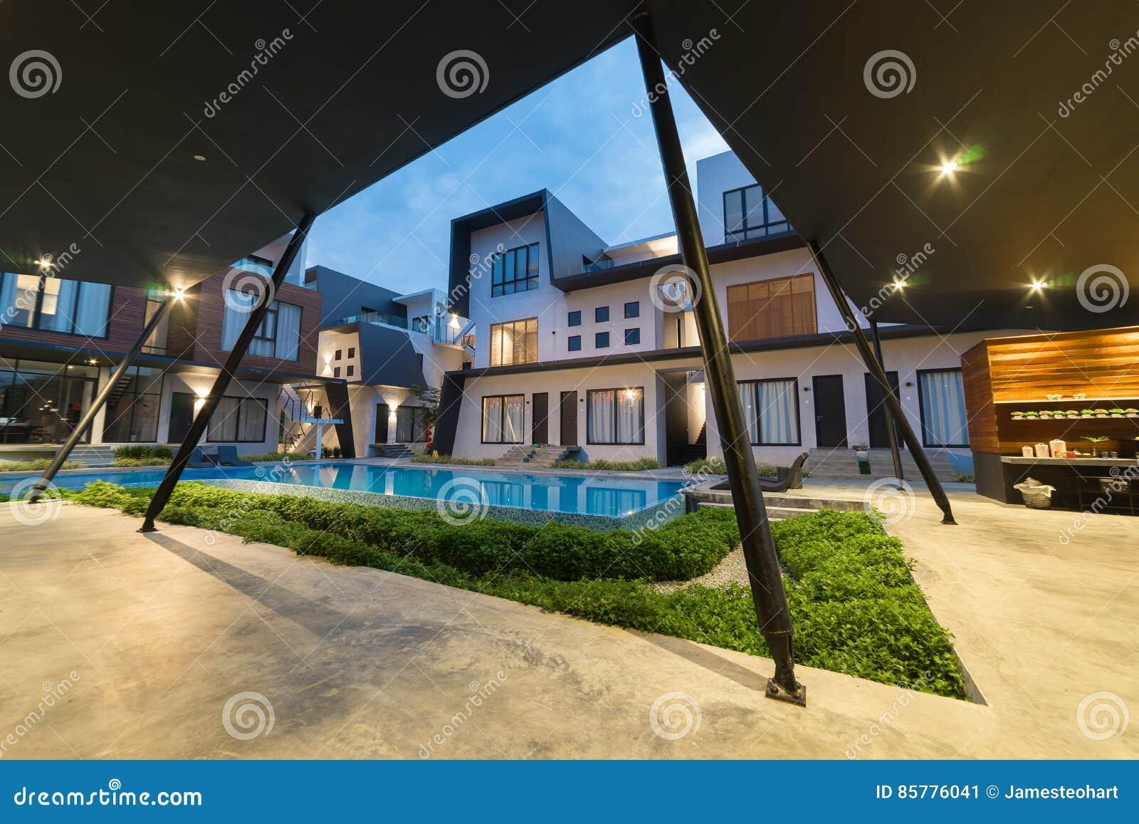 Buitenkant van villa redactionele foto afbeelding bestaande uit