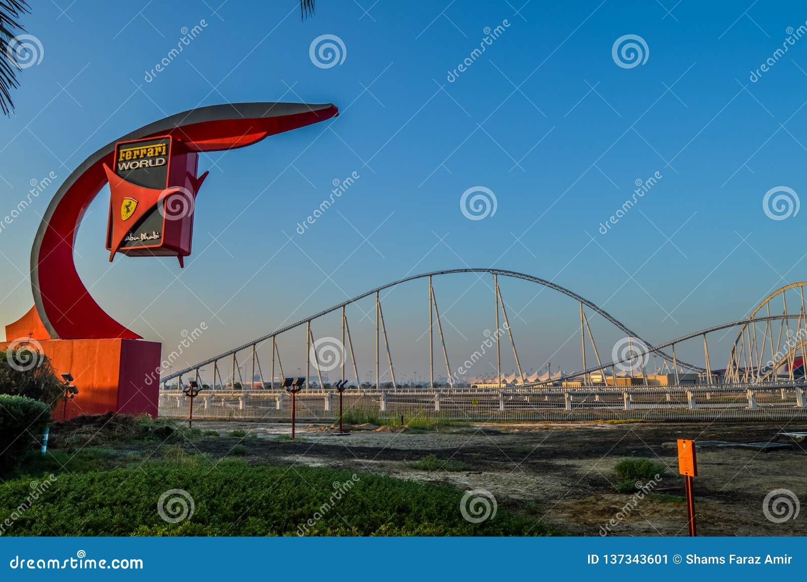 Buitenkanten van Ferrari-wereld, een pretpark in Abu Dhabi op Yas-Eiland