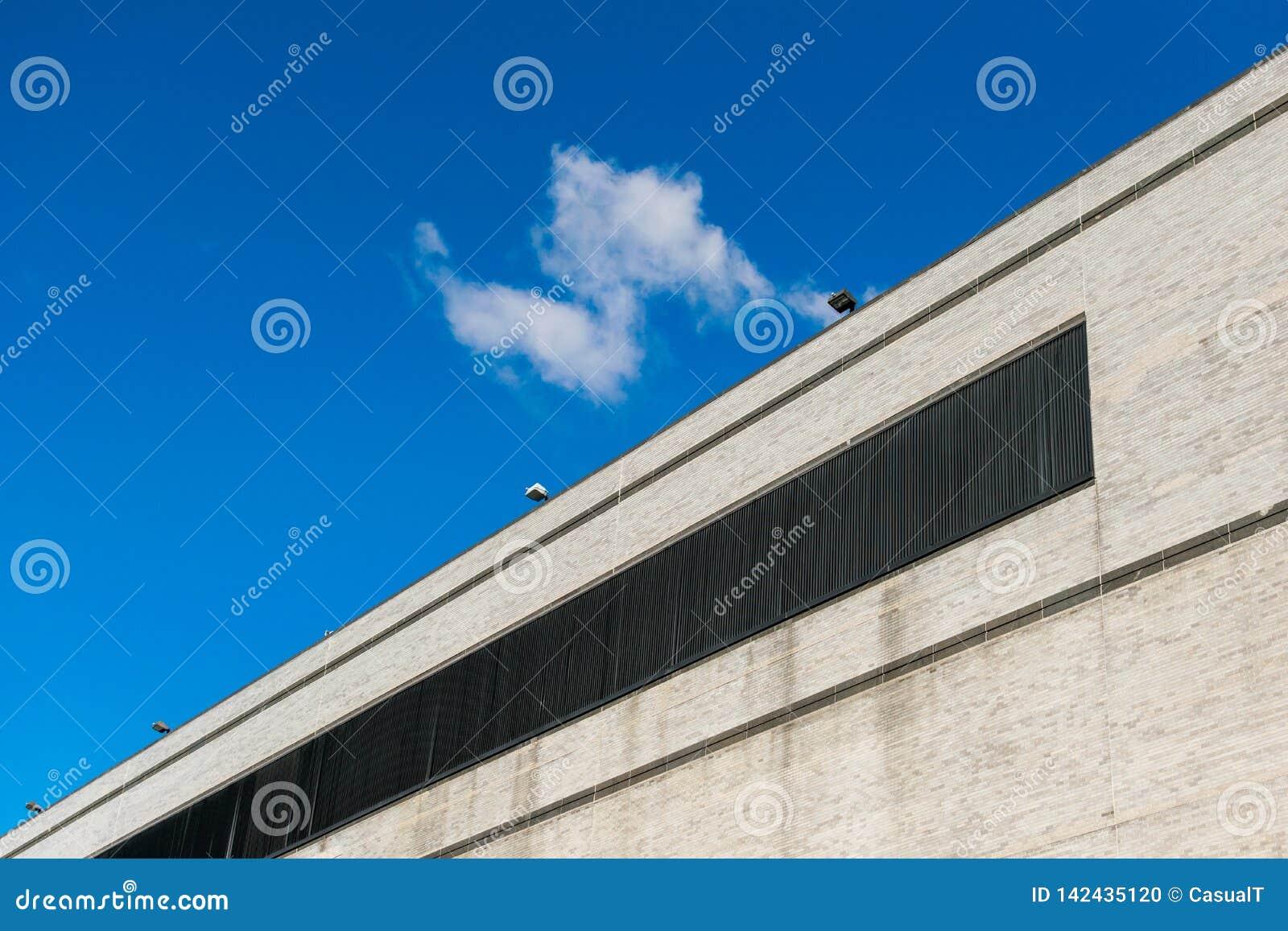 Buitenmuur zonder ramen van een lang commercieel gebouw in de Stad van New York, Harlem, NY, de V.S.