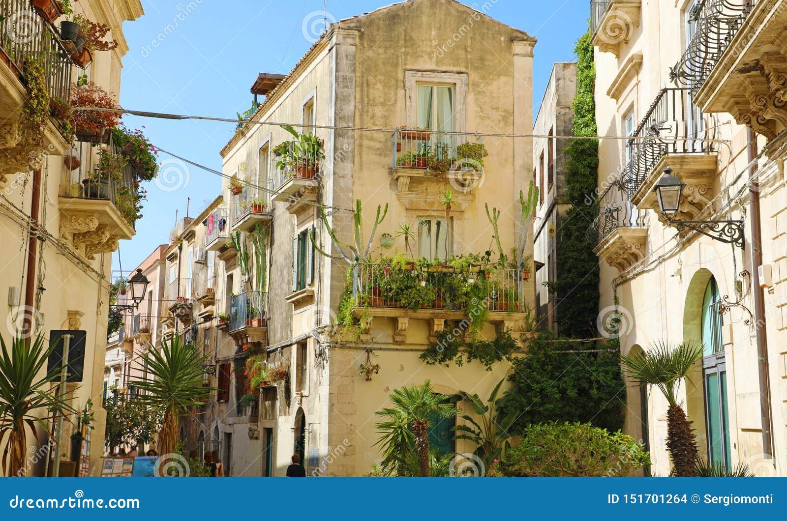Buitensporige comfortabele verfraaide smalle straat in de oude stad van Ortygia van Syracuse in Sicilië, Italië