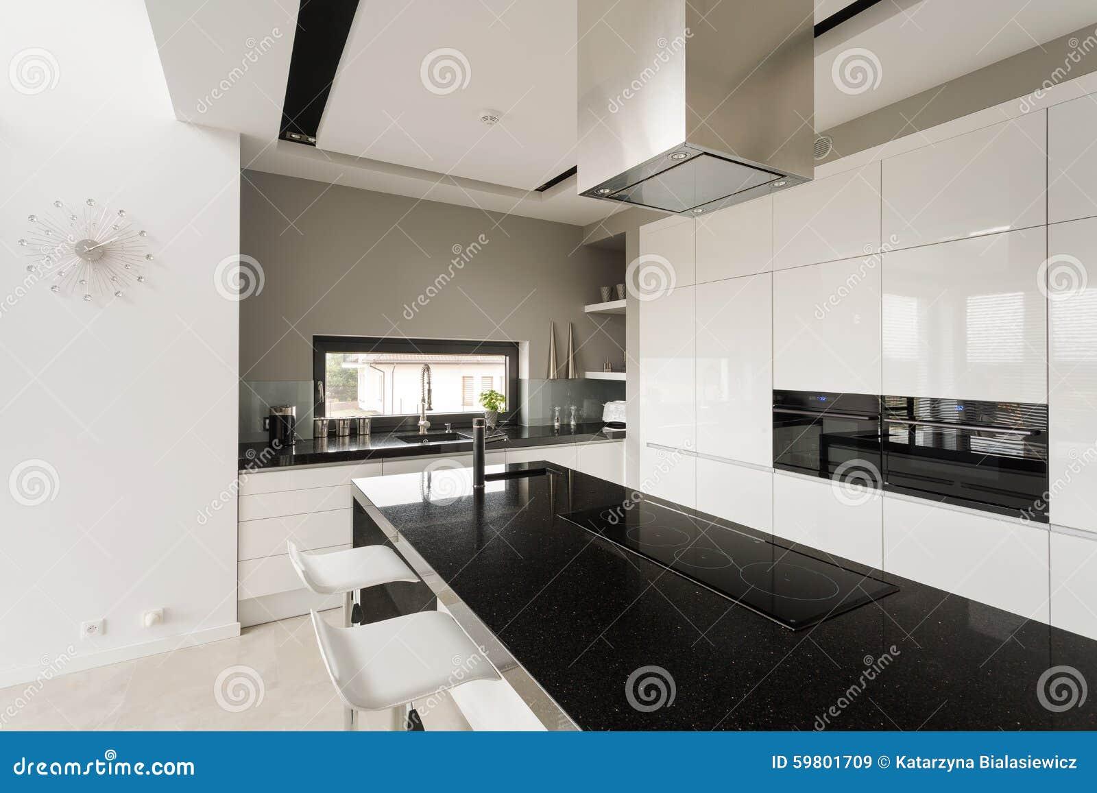 Buitensporige zwart witte keuken stock afbeelding afbeelding