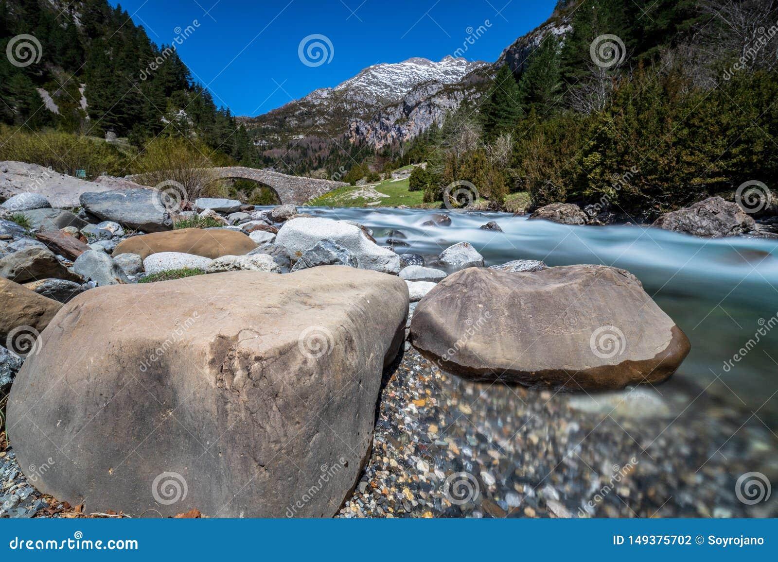 Bujaruelo的谷河&岩石