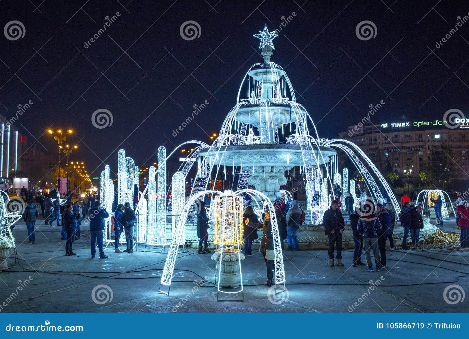Bukarest-Stadtmittebrunnen verziert mit Weihnachtslichtern