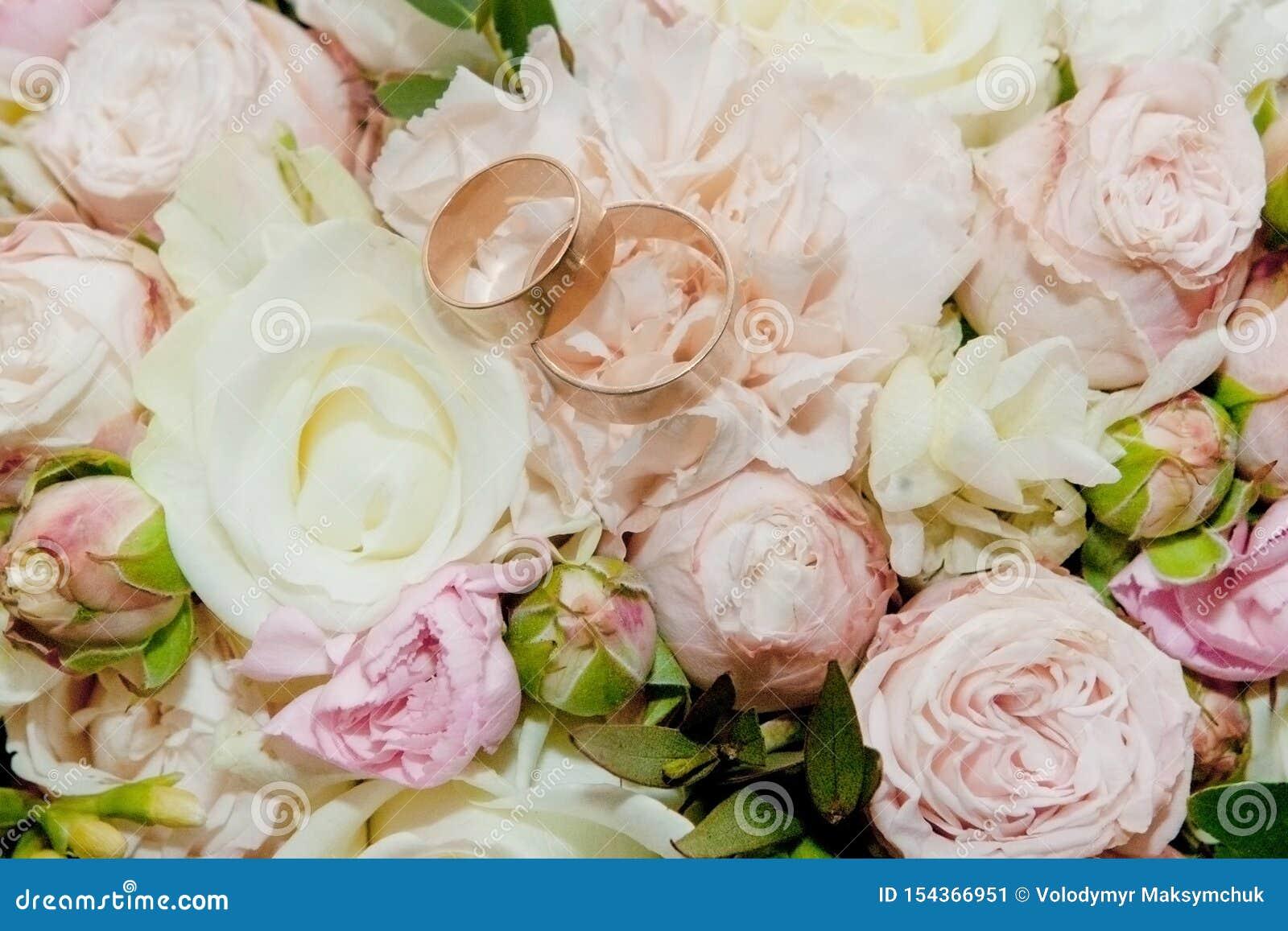 Bukett av blommor Buketten f?r brud` s f?r brudbrudgum f?r bukett brud- h?nder Floristics ljusa cirklar f?r bakgrund som gifta si