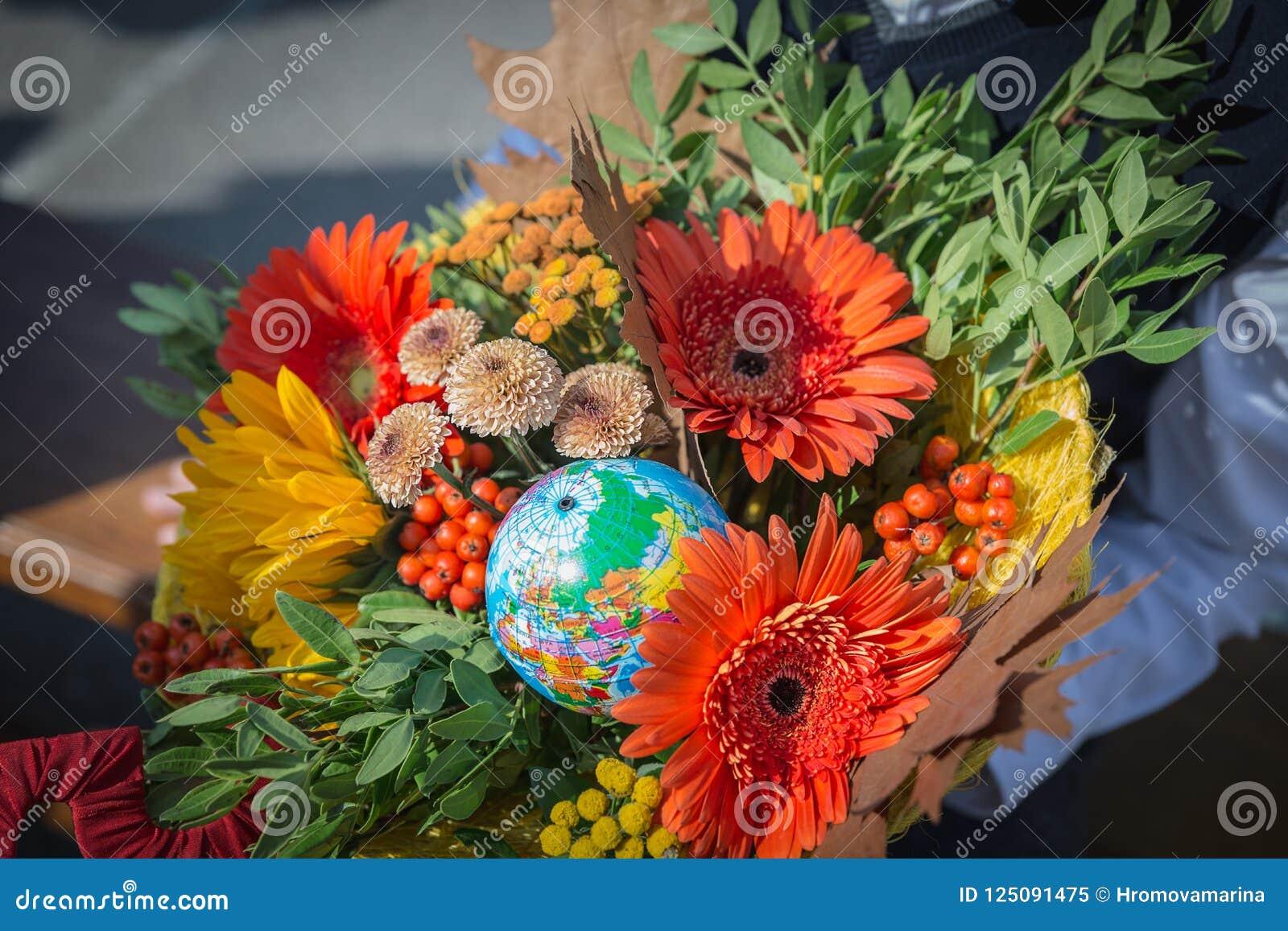 Bukett av blommor för 1en av September i händerna av enväghyvel