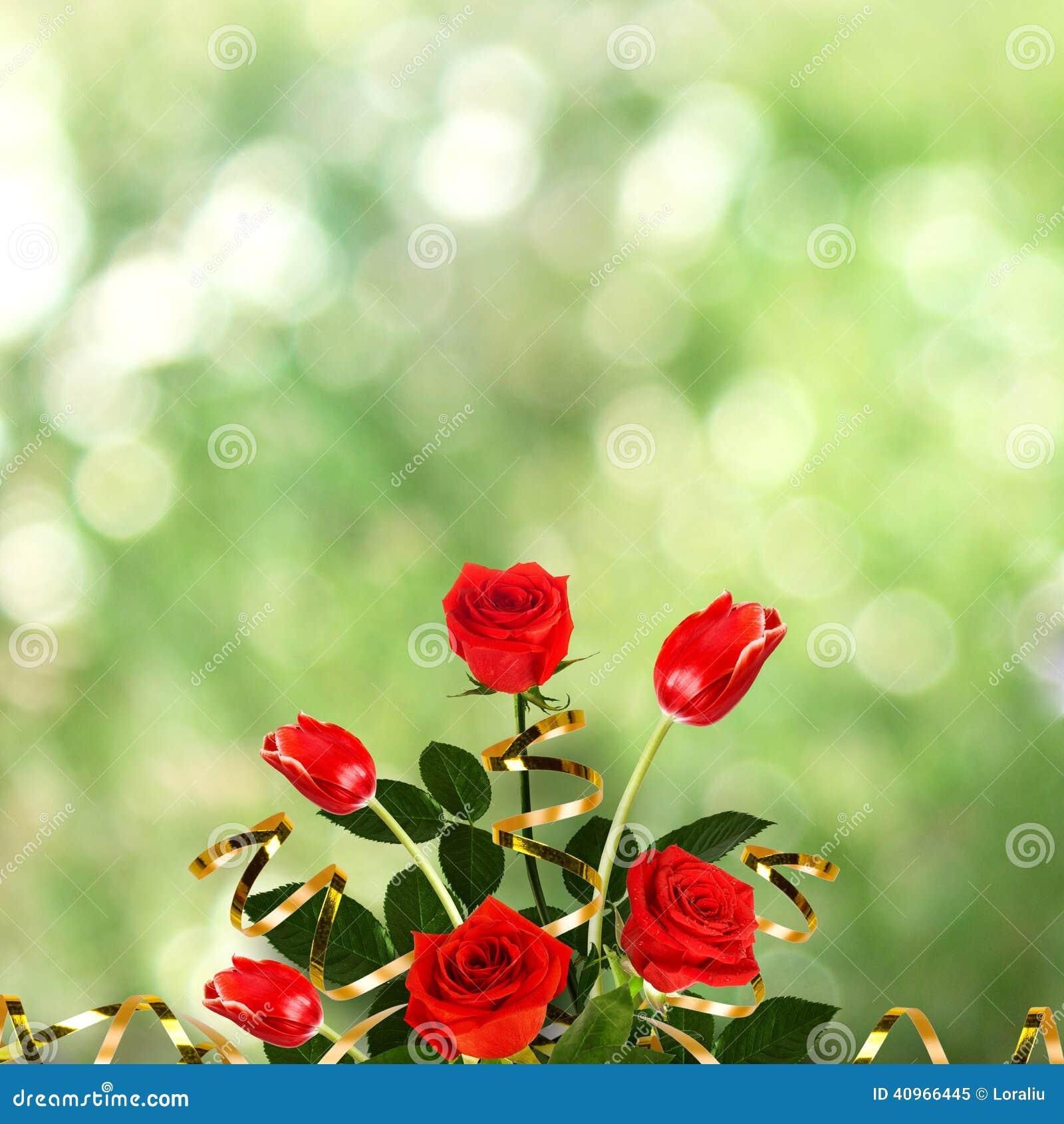 Bukett av röda rosor och tulpan med gröna sidor