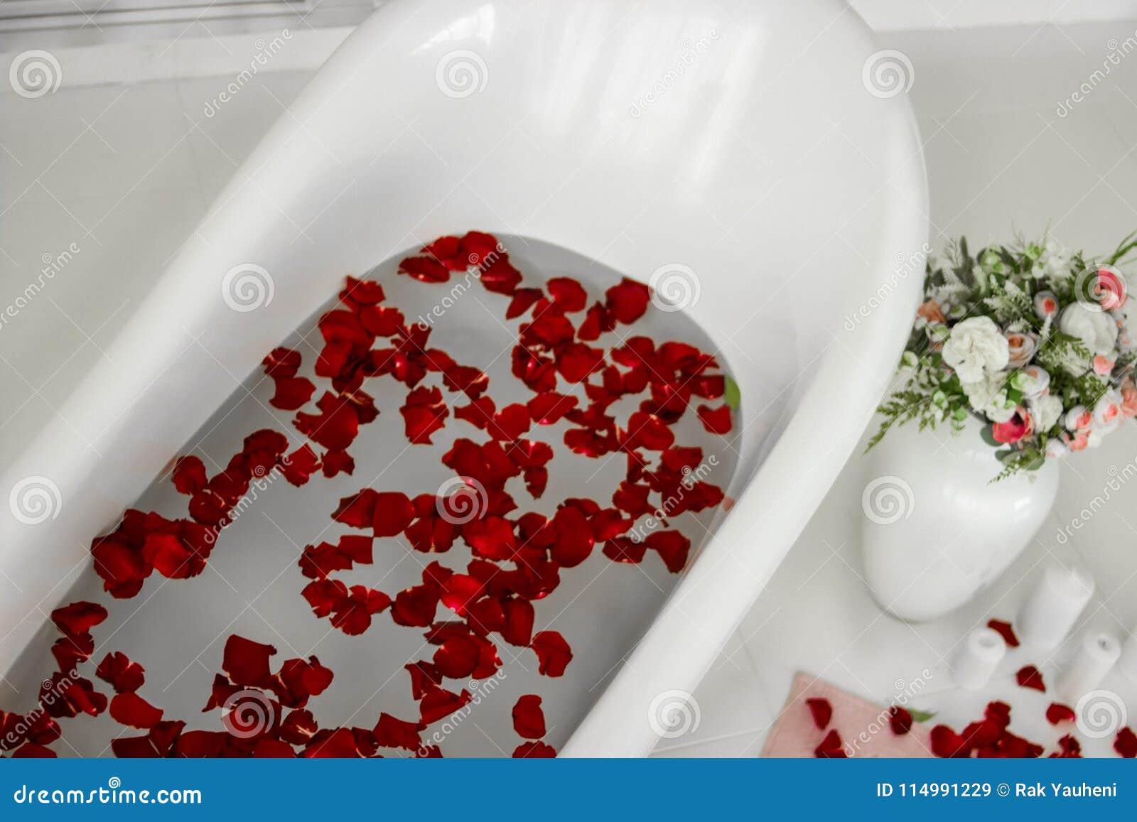 Bukett av ro Bad med rose petals Terapeutiskt bad