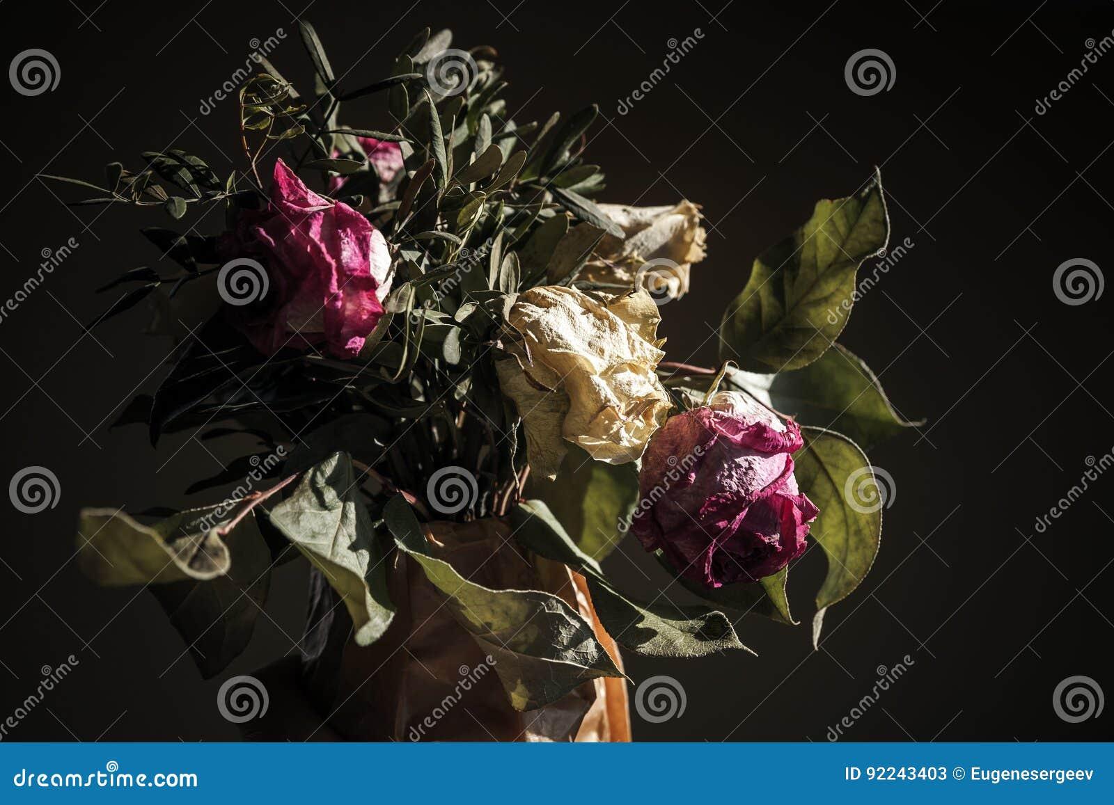 Bukett av torkade röda och vita rosor, closeup