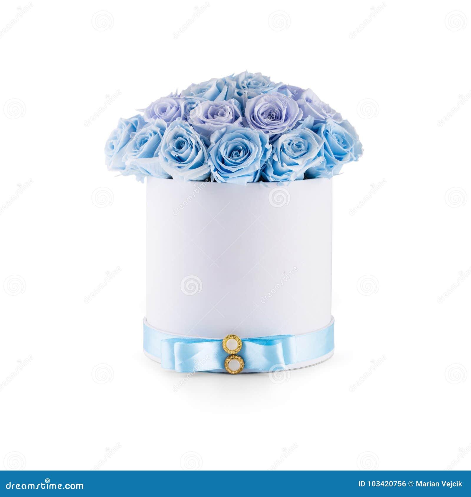 Buketten av blått blommar rosor i den lyxiga gåvaasken som isoleras av wh