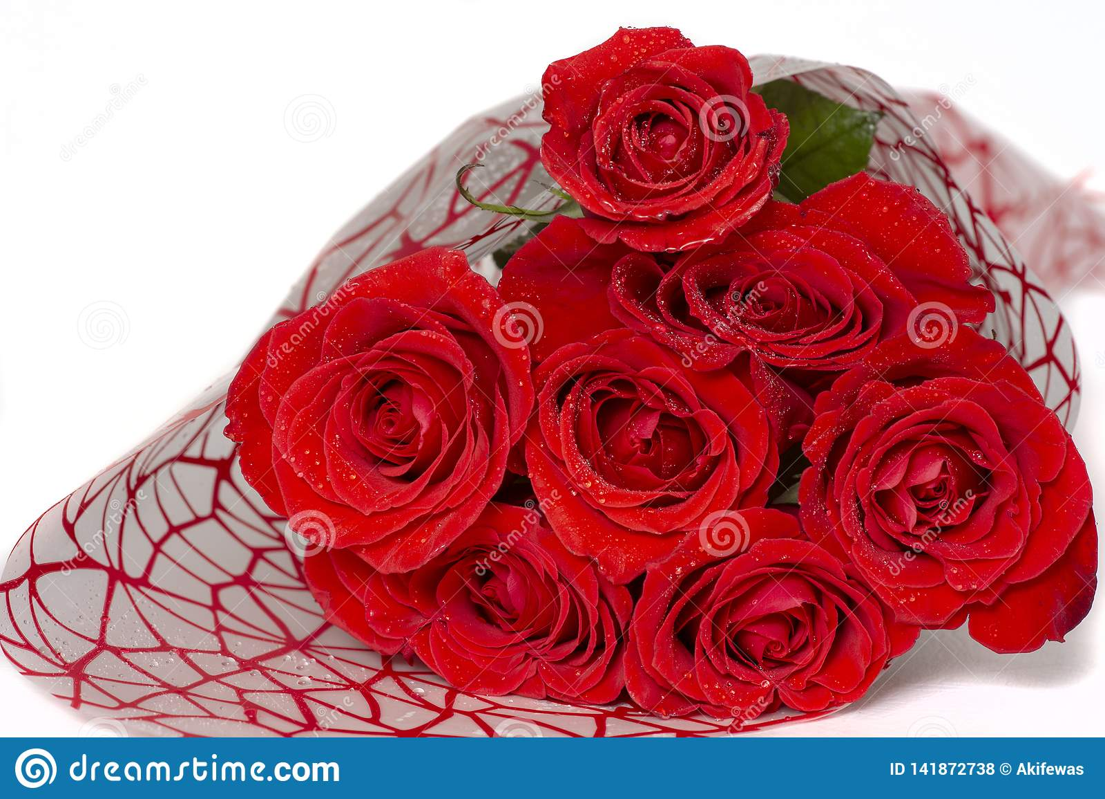 Buketten av röda rosor ligger på en vit bakgrund